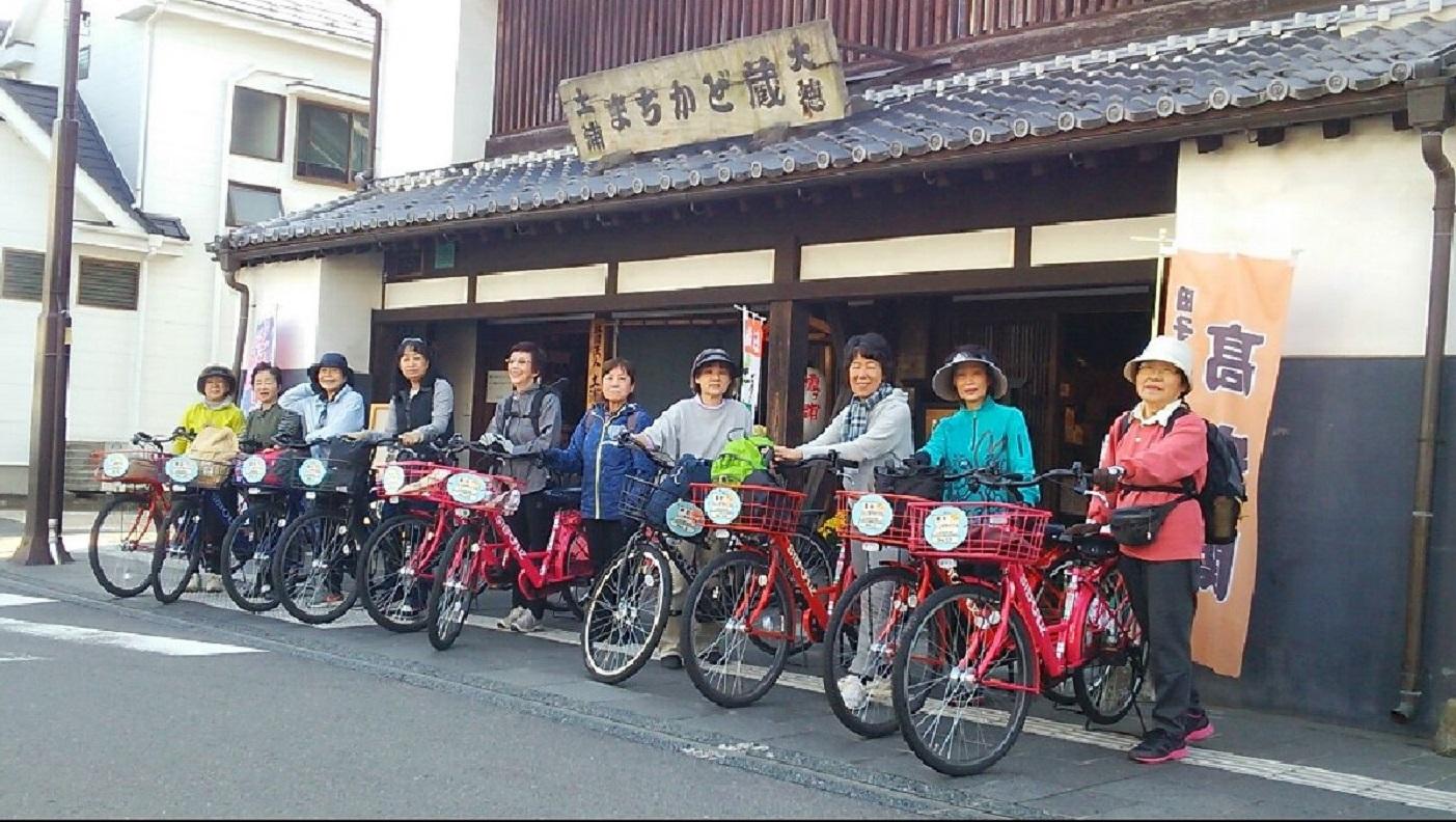 レンタサイクルで小町の館へ向かうご婦人のグループ。1 日500 円。
