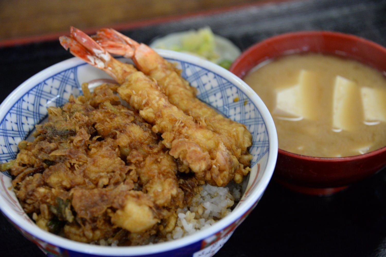 天丼(並)780円。濃い目のタレはコクがある。名物のあら汁付き。