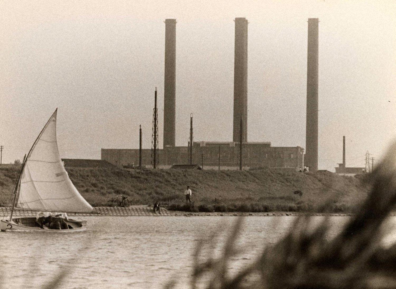 おばけ煙突を隅田川の向こう岸から撮った写真だろう。中央の2本が重なって3本に見える。