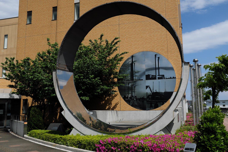 元宿小跡地に立つ「帝京科学大学」構内に煙突外壁に使われた鉄の覆いがモニュメントとして残る。