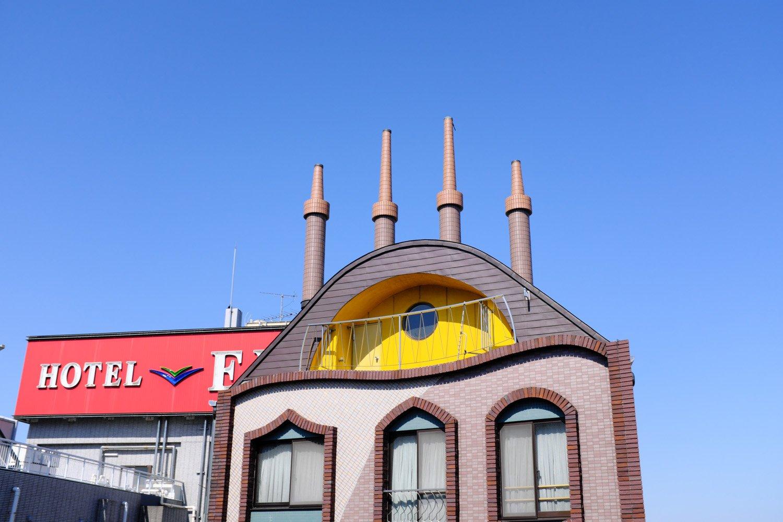 『山岸がくぶち店』の屋上に立つモニュメント。日光街道の高架からばっちり見られるぞ。