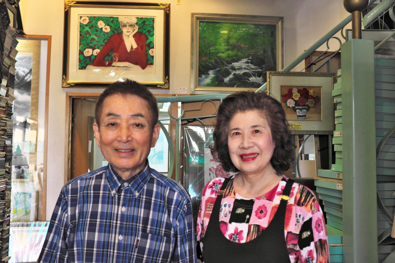 『山岸がくぶち店』の山岸正弘さんと桂子さん。 この煙突がランドマークだったことを夫婦で 記憶しているのもうらやましい。