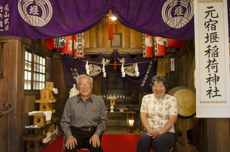 中村正二さん法子さん夫妻は、時間があれば元宿堰稲荷神社を開けている。子供も大人も 気軽に立ち寄る神社なのだ。