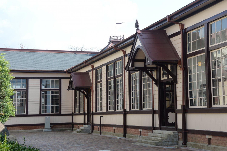 玄関をはさんで西側に教室、東側に校長室や職員室を配している。