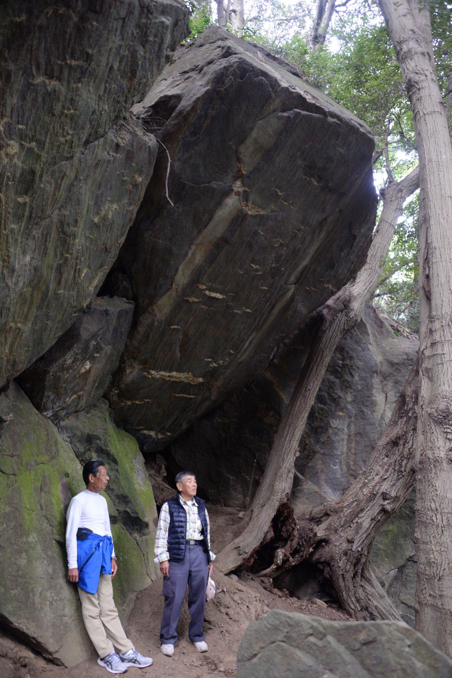 熊石と登山道を切り開いた小町里山愛好会の関紀吉さん・岡昇さん。