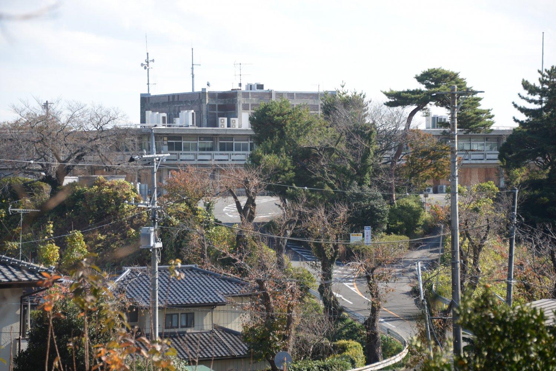 1963年竣工の旧市役所は佐藤武夫の設計。立ち入り禁止だが遠望可。
