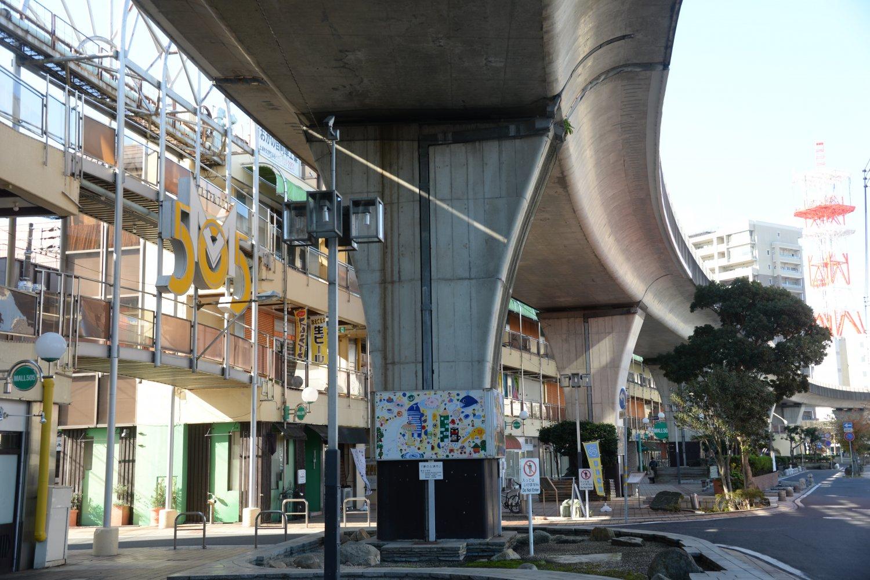 カーブした形が独特なモール505。 近くには関東最大級の古書店も。