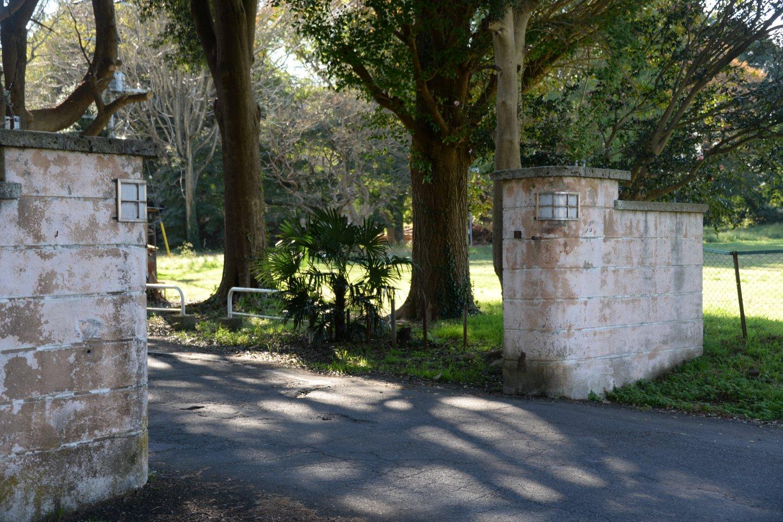 海軍病院(現霞ケ浦医療センター) の正門が旧水戸街道沿いに残る。