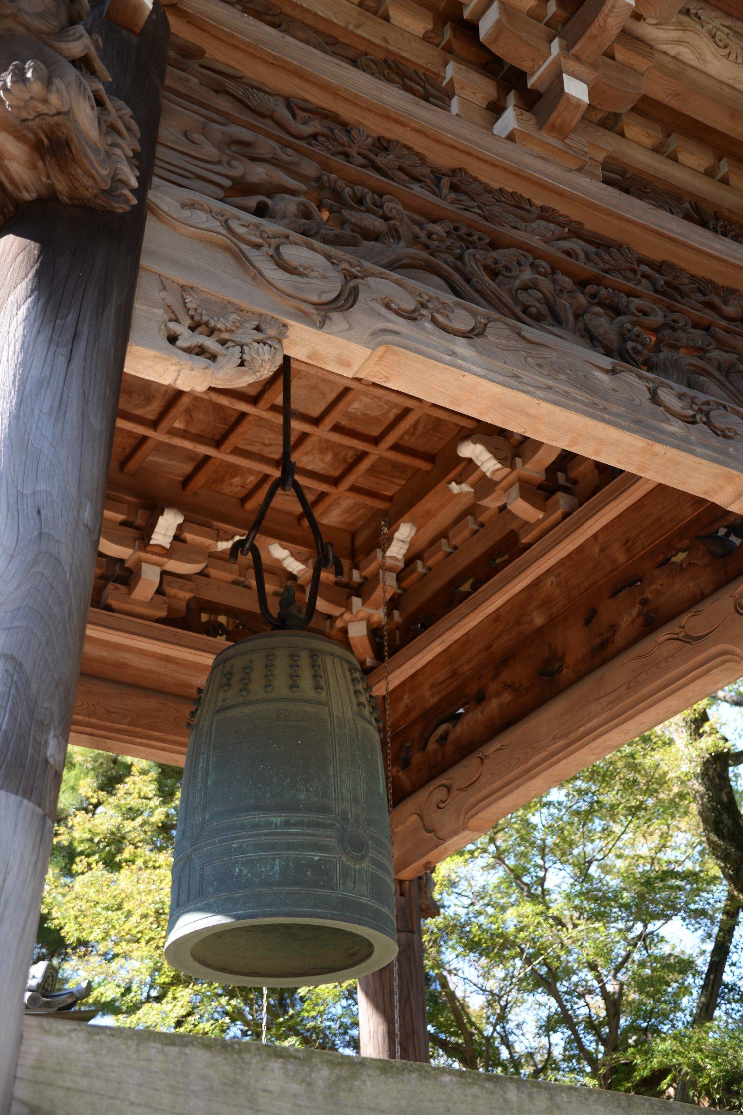 氏治の弟が現在地に移した等覚寺。 銅鐘は小田氏の祖・八田知家寄進。