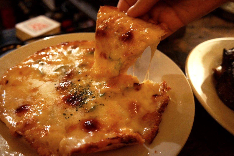 「ミックスピザ」1300円。持ち上げる手に負荷がかかるチーズの量
