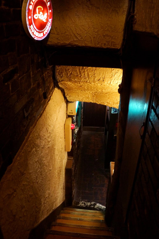 地下へと続く階段の先からも、ワイワイと活気溢れる声が聞こえてくる