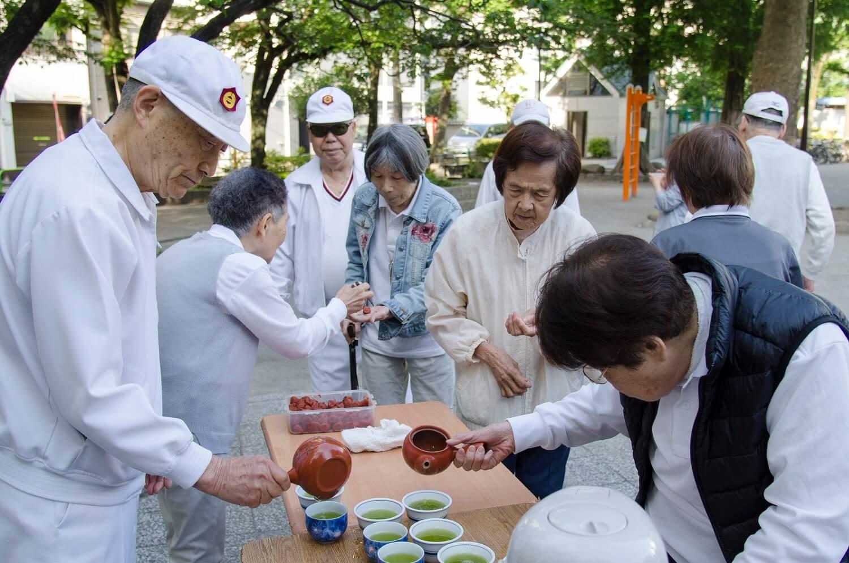 元気よく体を動かした後は、佐々木会長から煎茶が振る舞われる。この日は梅干しがサービスで付いてきた。