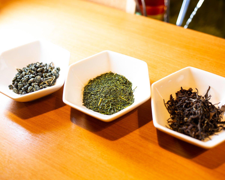 右から東方美人、緑茶、凍頂の茶葉。