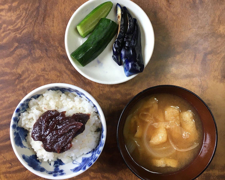 栃木県にある編集部W邉の田舎では盆や正月に「ぼたもち」はこのような形で食卓に上がるそう。