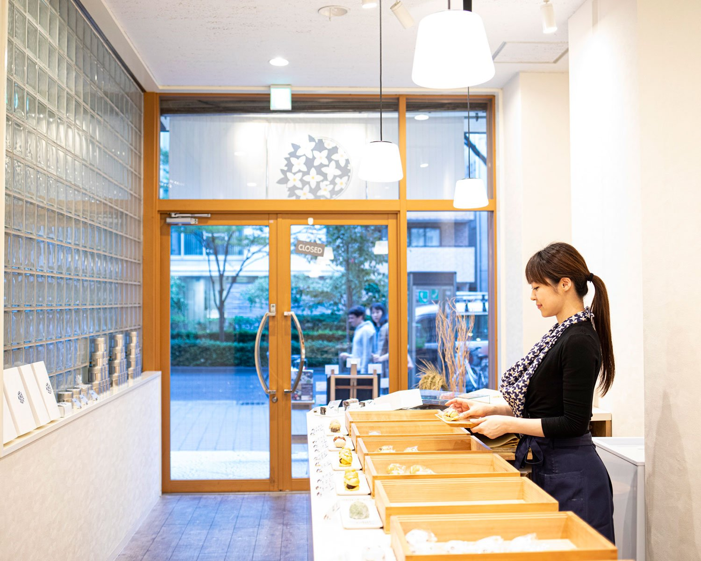 和菓子が映えるすっきりした内装。