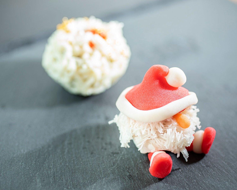 クリスマス限定の上生菓子。サンタクロース540円、STきんとん432円。