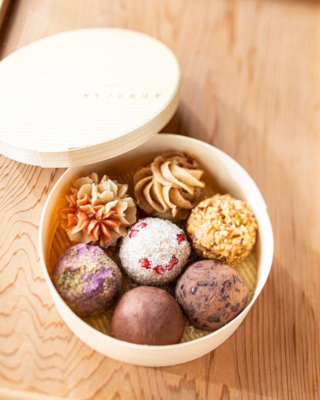 おはぎ各種180~310円。チャイとグランドカカオ(上)はスパイスで風味を際立たせる。ザクロとココナッツ(中央)など意外な組み合わせも。