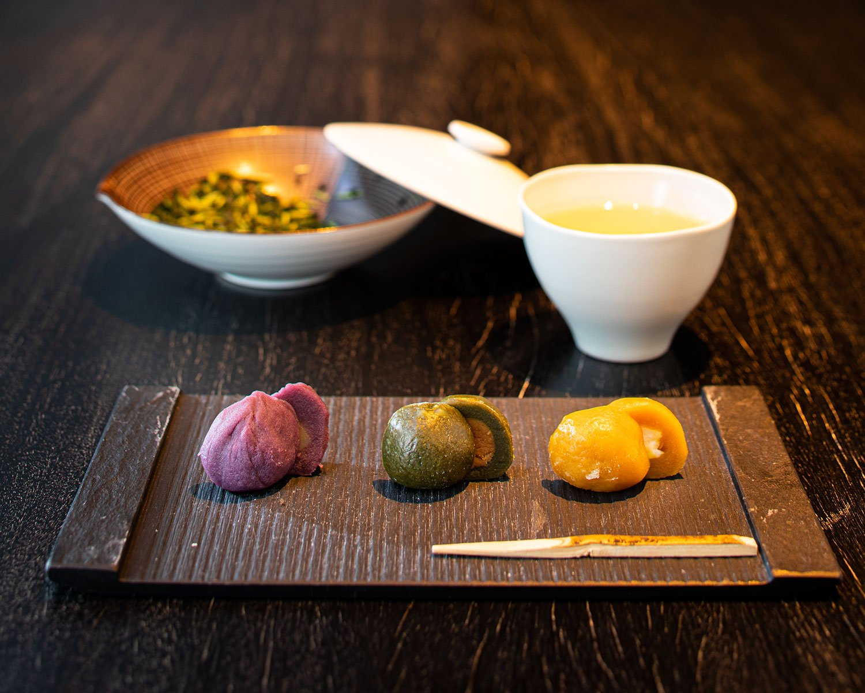 店内ではお茶とともに楽しめる。煎茶+和菓子1850円~。和菓子は追加可で1個300円~。