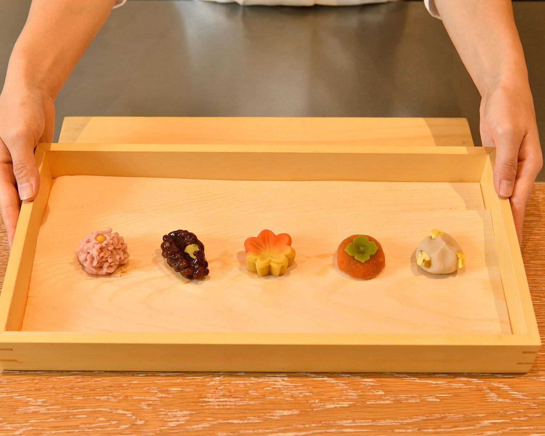 お茶は『日本橋 長門』の和菓子付き。季節ごとに変わる5種類の中から選べる。