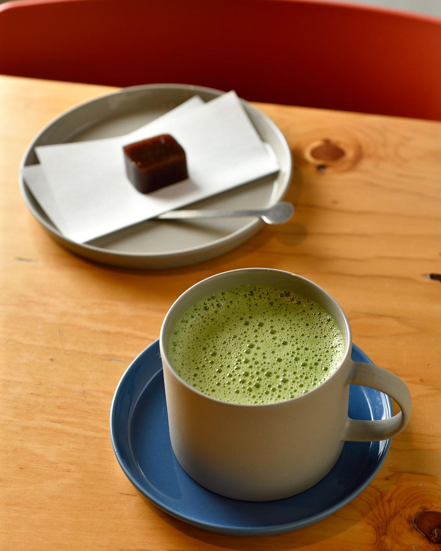 ホット抹茶ラテ550円と本日の玉英堂のお菓子308円。