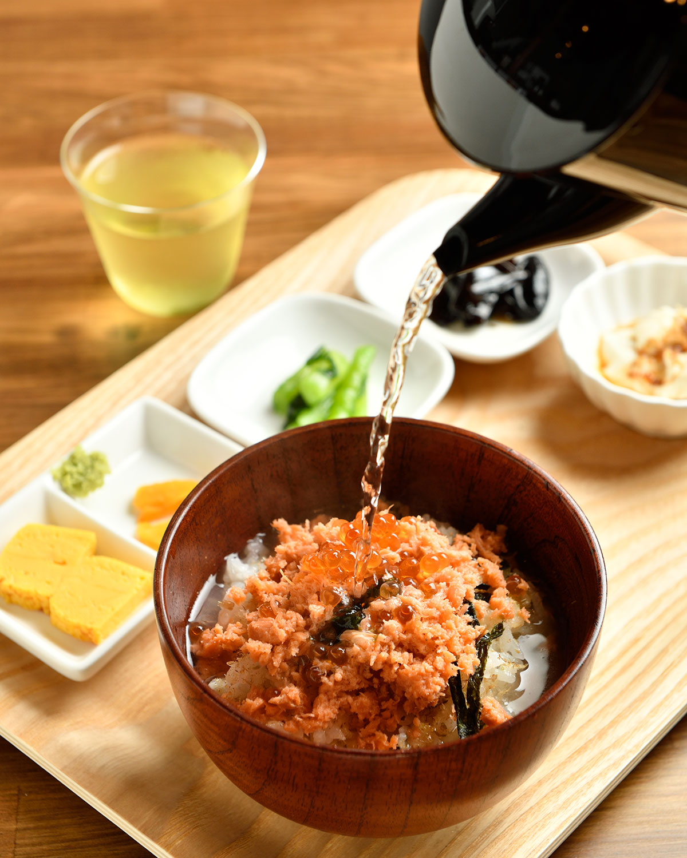 お茶漬けランチセット968円は平日限定でお茶飲み放題。