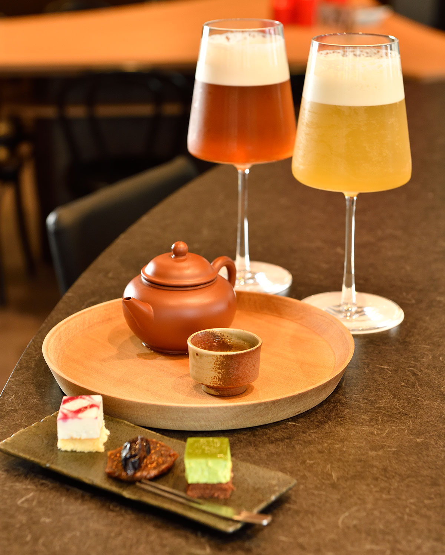 碧螺春(へきらしゅん)緑茶1280円とフレッシュティーの阿里山ウーロン茶(右)、蜜香(みつこう)紅茶は各1150円。