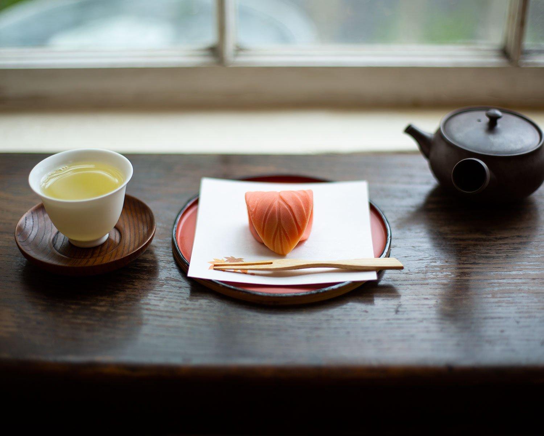 上生菓子350円(写真は照葉)は吉祥寺『茶の湯菓子 亀屋萬年堂』製。毎週木に新作登場。特天竜茶在来600円は3煎重ねて香味変化を堪能。