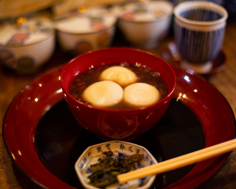 白玉ぜんざい(お茶付き)のほか、緑茶も和紅茶もハーブティーも菓子付きで500円。