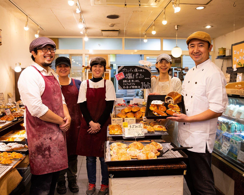 「西荻は昔からお茶の街。年配者も多いからか、お茶屋さん、和菓子屋さんがとにかく多彩です」と、下田将司さん(右)。