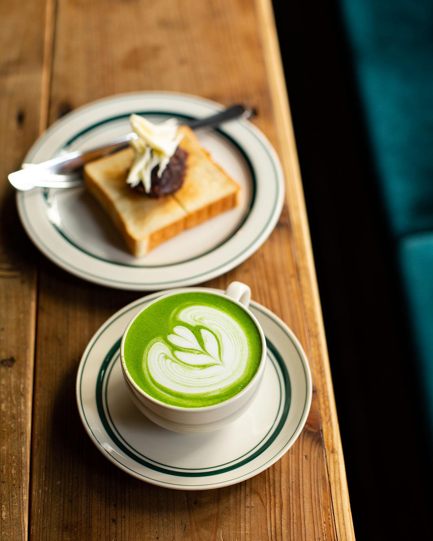 目の前でお点前を披露した抹茶を、バリスタが仕上げる抹茶ラテ600円。あんバタートースト500円と。