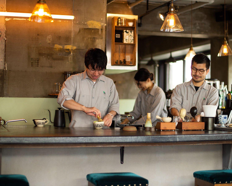 左が小山さん、右が藤岡さん。「夜は茶×酒もあります」。