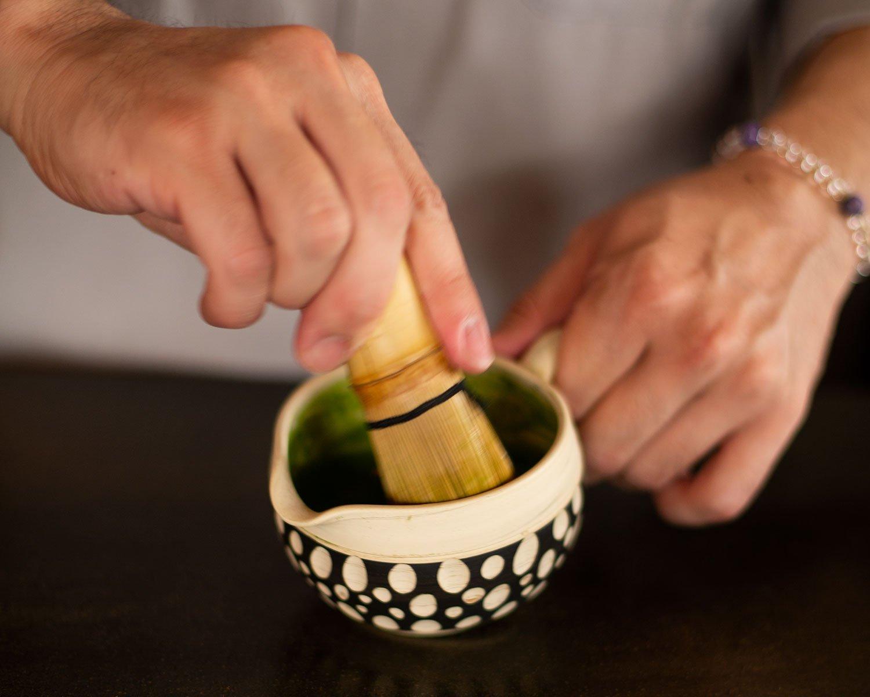 濃茶を茶筅で練る。