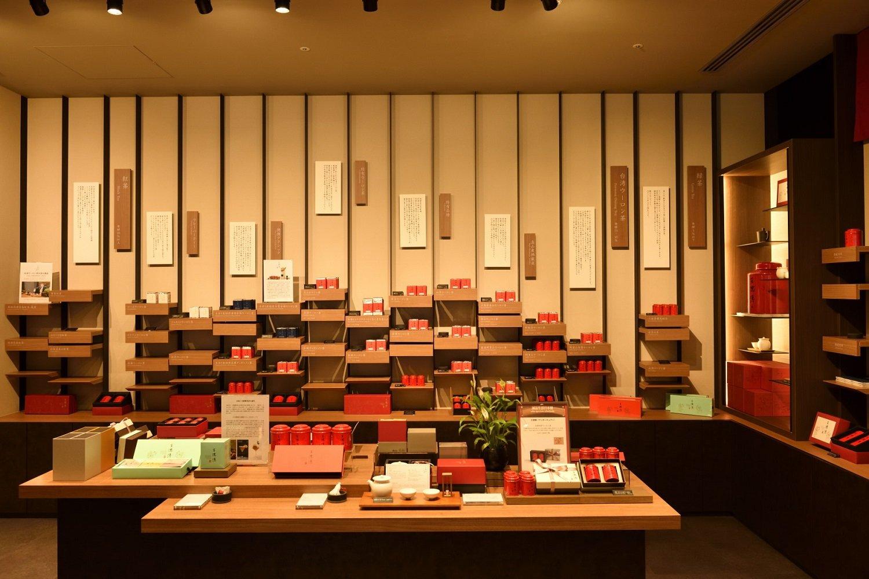 赤色の袋や缶が特徴の茶葉が並ぶ。