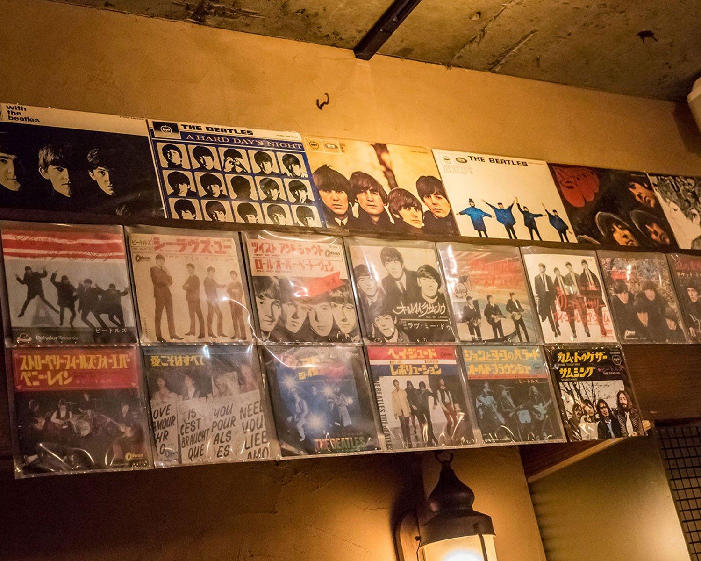 国内盤シングルレコードはお客さんにもらったもの。コレクターや熱烈ファンのお客に支えられている店でもある。