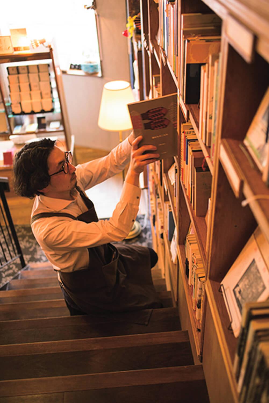 喫茶店でもあり、約1000冊の本を扱う『胡桃堂書店』でもある。閲覧も可。