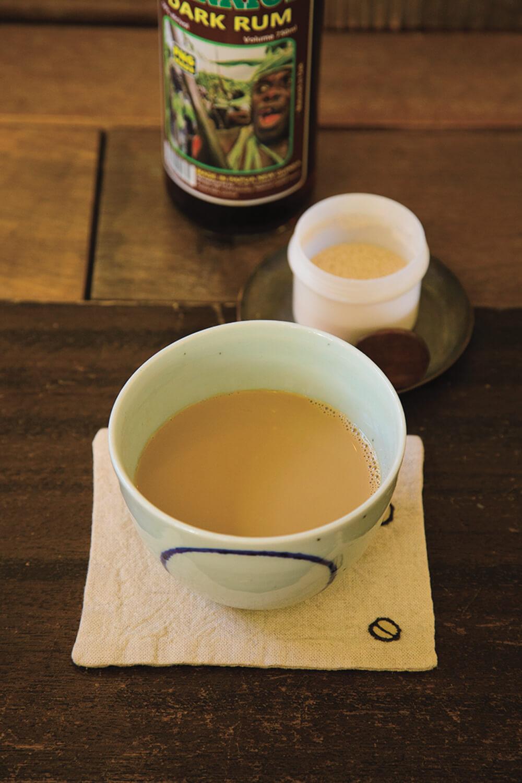 パプアニューギニアの豆も使うカフェオレに、パプア産のラム酒30㎖入りのカフェラム1200円。