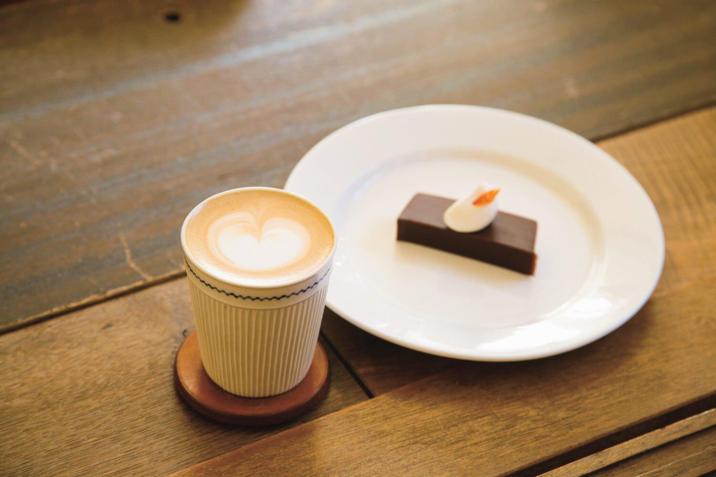 優しい泡のカフェラテ700円。こしあん羊羹400円はチョコ2 ~ 3種を練り込む。