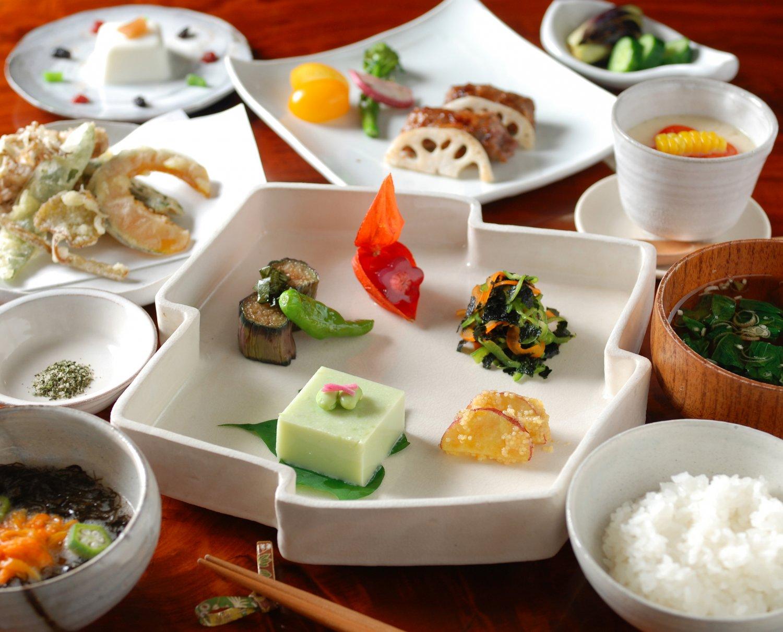 絵画を展示する食堂で、山菜など地の食材を使った手作りの料理を。