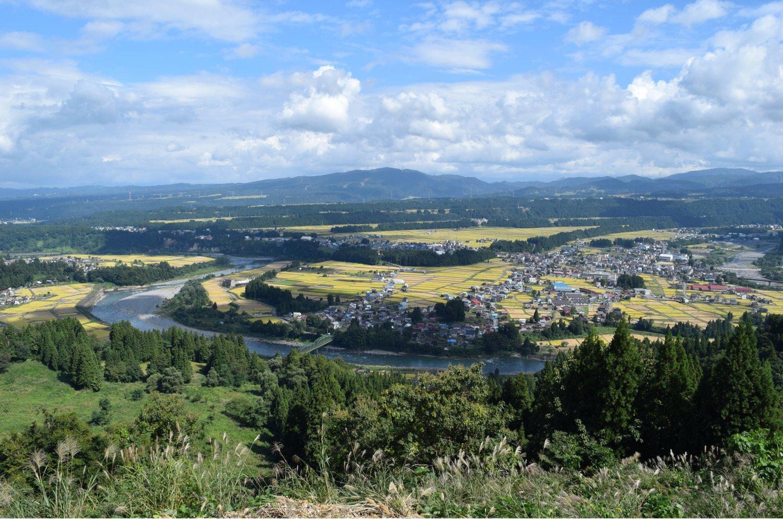 段丘崖の高さや広がり、段数の多さから「日本一の河岸段丘」とも。