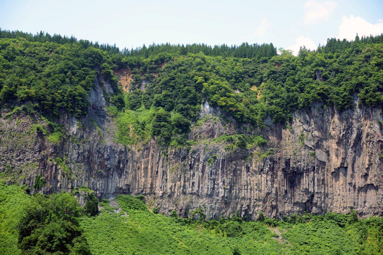秋山郷の入り口に荒々しくそびえる岩壁。公園は1周15分ほど。