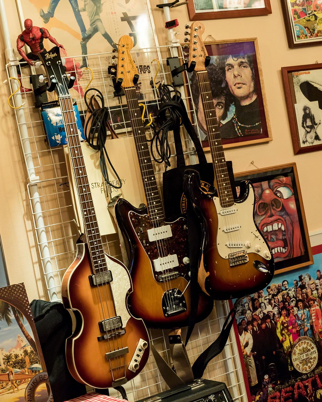 先述のエピソードに出てきた中学時代の友達は、実は有名ギタリストの高中正義だという。小松さんもプロデビューを目指し、はっぴいえんどと共演するまでになるも、夢はかなわず。音楽好きは今も変わらず、お店の傍ら現役プレイヤーとしてバンド活動も行っている。右は自分で組み立てて作ったというオリジナルのエレキギター。