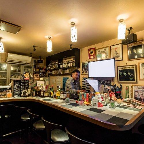 昭和の香りとロックへの愛情が漂う、祖師ヶ谷大蔵『Bar Strawberry Fileds』