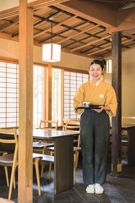 窓から眺める上野の緑と赤い鳥居が印象的。「歩いている方と不思議と目が合わないんですよ」とスタッフ。