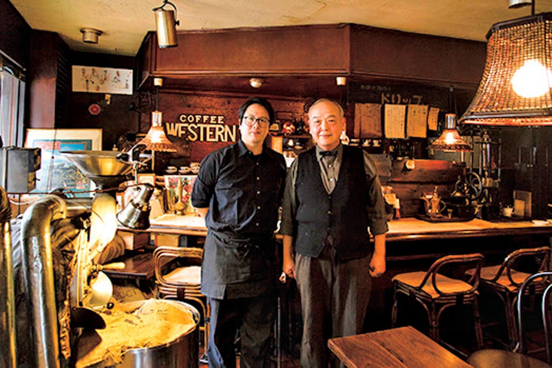 マスターの北山富之さん(右)と、一緒にお店に立つ息子の雅一さん。