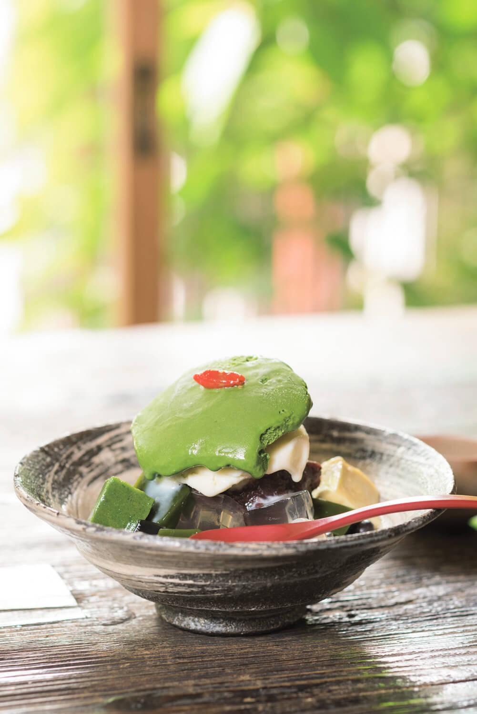 クリームあんみつ800円は、黒蜜が添えられるが、そのままでも十分に味わい豊か。