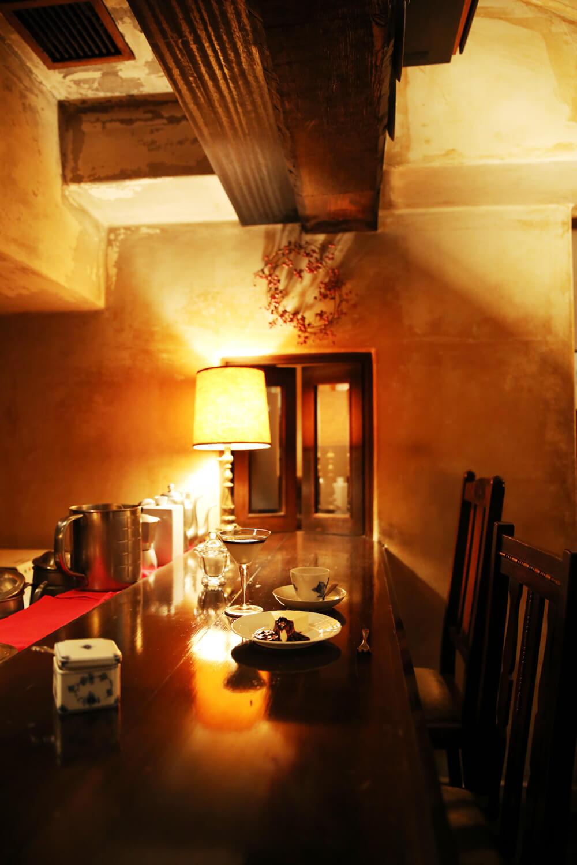 小窓の奥が小部屋。カウンターには10時間かけて抽出するという水出しコーヒー器も。