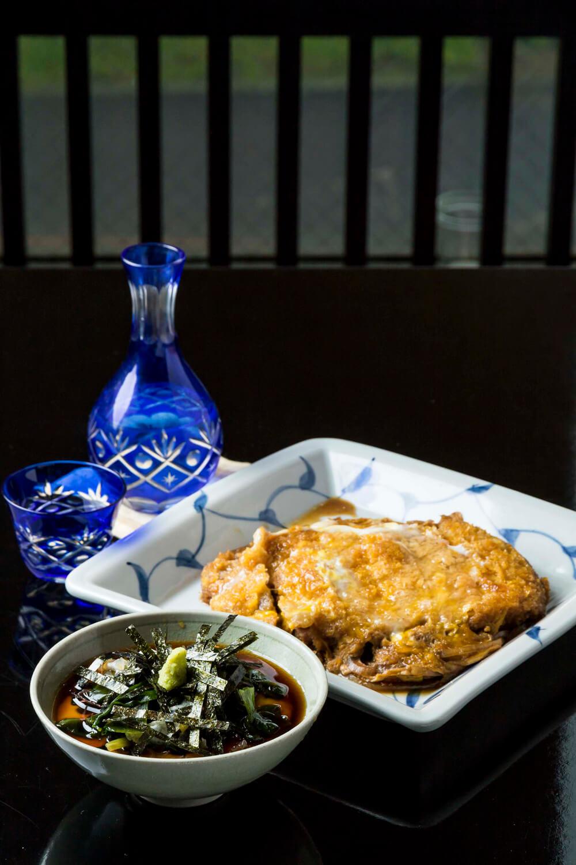 かつ煮950円は大ぶりだ。磯とろろ600円を鳥取の稲田姫750円でグビリ。