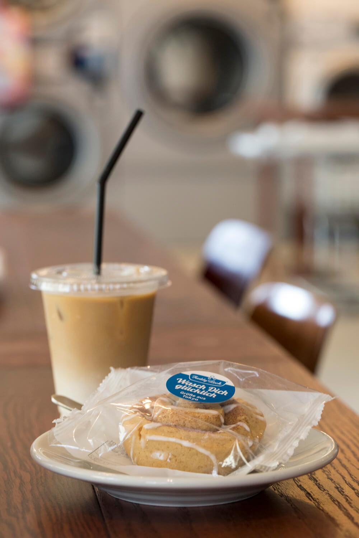 アイスカフェラテ350円、シナモンロールクッキー280円。青いシールにはドイツ語で「洗濯中に幸福がありますように」の言葉が。