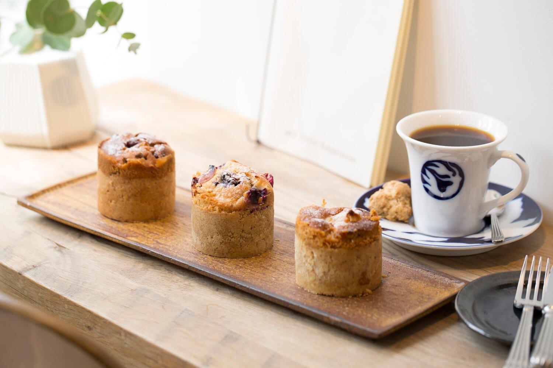 ハンドドリップコーヒー500円、果物の旬ごとに常時3種類あるタルトマフィン1個400円~。
