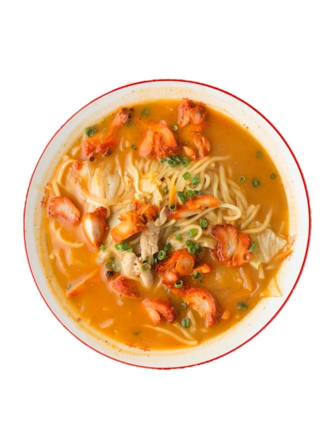 チキンティカラーメン800円は、ヨーグルトと香辛料に漬けたチキンをタンドールで焼いてのせたインド×チベットのコラボ料理。